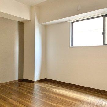 【廊下側洋室】アクセントクロスはブラウンです。