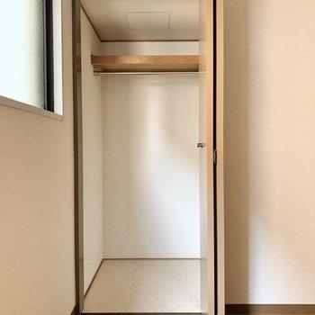 【廊下側洋室】洋服もしっかり掛けられます。