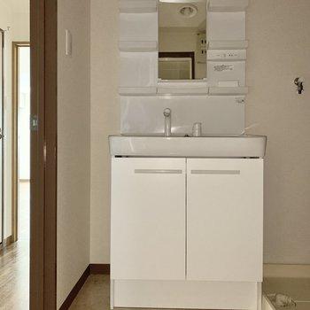 収納多めの独立洗面台。