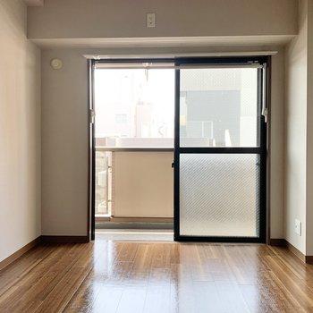 【リビング側洋室】洋室は約6帖の広さ。