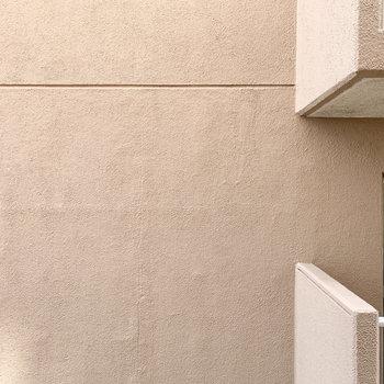 【廊下側洋室】窓からはお隣さんの壁が見えます。