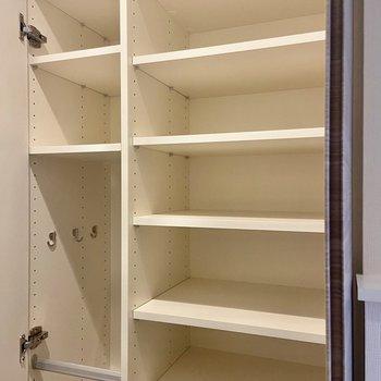 シューズボックスは可動棚になっています。傘なども収納できますよ。