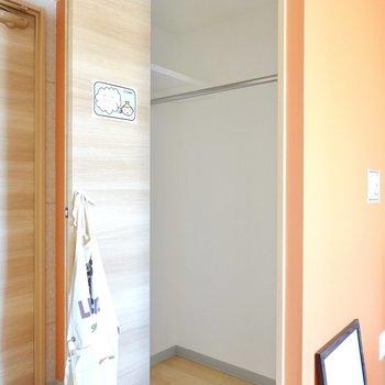オレンジの壁の中はウォークインクローゼット!(※写真は4階の同間取り別部屋のものです)