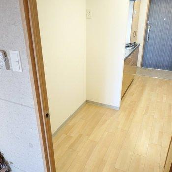 冷蔵庫などキッチン家電の置き場がこんなにたっぷり確保されています!(※写真は4階の同間取り別部屋のものです)