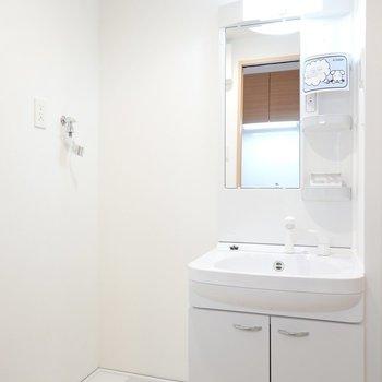 脱衣所に入ると真っ白な洗面台と洗濯機置き場がお出迎え!(※写真は4階の同間取り別部屋のものです)