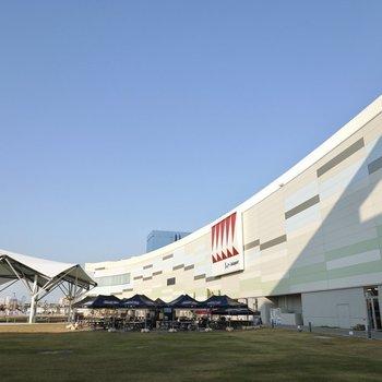 隣駅の「港区役所」の近くには大型ショッピングモールがあります!