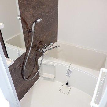 お風呂にはエレガントな大理石調のパネル。さらに、浴室乾燥機付き!(※写真は4階の同間取り別部屋のものです)