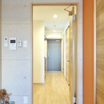 ドアの先はキッチンスペース。(※写真は4階の同間取り別部屋のものです)