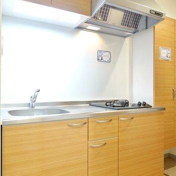 洋室とは打って変わって、キッチンはナチュラルな木目調。(※写真は4階の同間取り別部屋のものです)