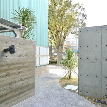 オートロックのドアを抜けると大通りへのアプローチ。左の壁の内側には……