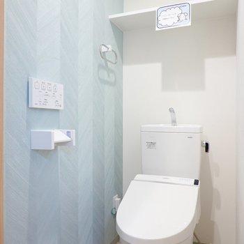 トイレには爽やかな水色のヘリンボーン柄。こちらはウォシュレット付き!
