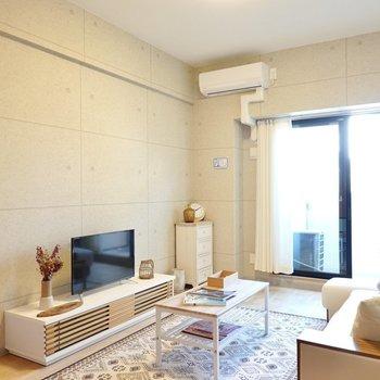 洋室は少し広めの9帖!リゾート感のあるコンクリ風のクロスに囲まれています。