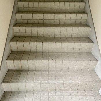 階段を使って2階まで。すぐに着きますよ!