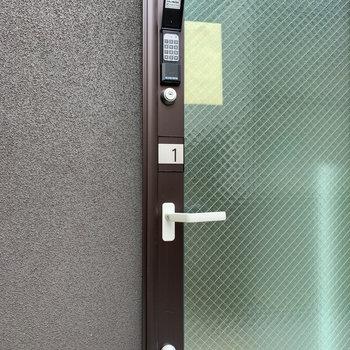 玄関はダブルロックキーとナンバーキー。