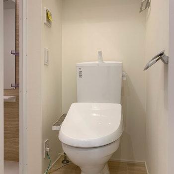 トイレを抜けて、左にお風呂があります。