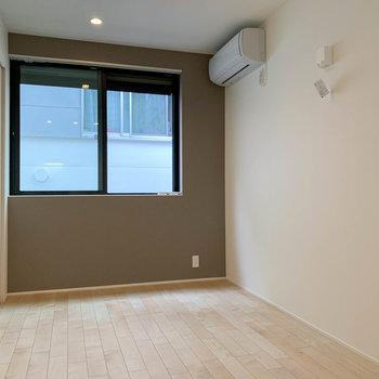お部屋の奥の方へ。エアコンの下あたり、ベッドが置きやすそう。