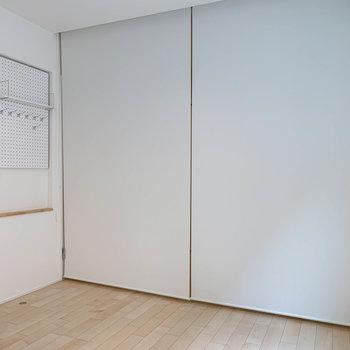お部屋の真ん中あたり、天井からロールスクリーンを下ろすと、リビングとベッドルームを分けられます。