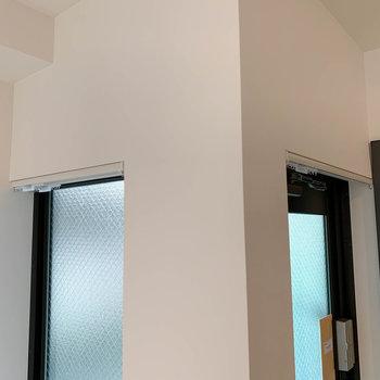 玄関は光が入りつつ中は見えないスモークガラス。気になる方はカーテンも設置できます。