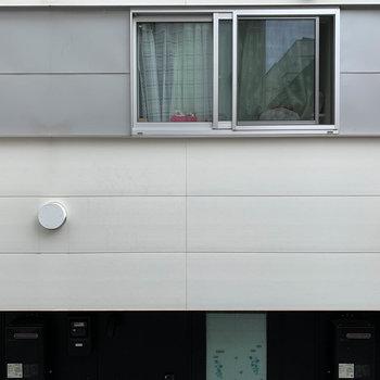 北東側の窓からの眺望、向かいのアパートです。