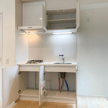 キッチンへ。右に冷蔵庫置き場。上下の収納力も中々です。