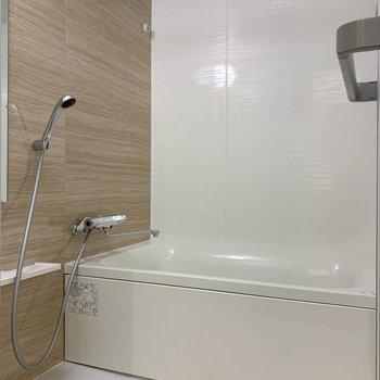 お風呂には浴室乾燥や暖房、追い焚き機能付きです。