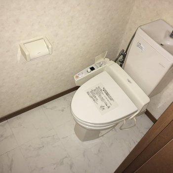 トイレはウォシュレット付きです。(※写真は3階の同間取り別部屋のものです)