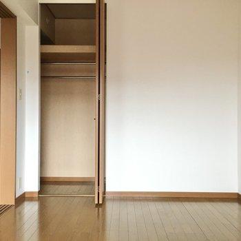 収納はコンパクトですがハンガーポール2本分。(※写真は3階の同間取り別部屋のものです)