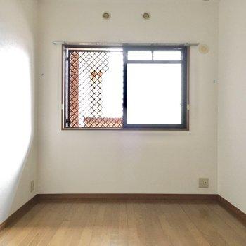 こちらは玄関横の6帖洋室。(※写真は3階の同間取り別部屋のものです)