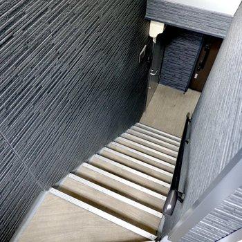 お部屋は2階でアクセスは階段のみ。コンパクトな階段なので家具搬入時の採寸は念入りに。