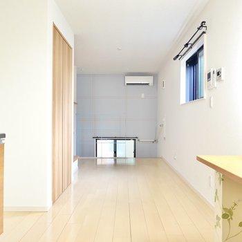 お部屋はナチュラルテイスト!居室は玄関を抜けて階段を上がった先に。