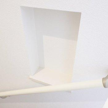 手すりの横には鍵置き場になるニッチ収納付き。
