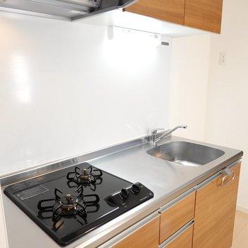 2口コンロでシンクや調理スペースもあるので自炊も難なくできますよ。