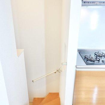 お次はキッチン横の階段を下がって玄関へ。