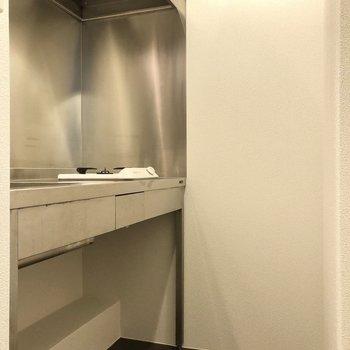 まずはキッチン。足下にも収納ができますね。