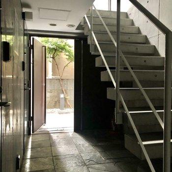 1階共用廊下の様子。オートロックドアがあります。