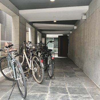 駐輪スペースはエントランスに。