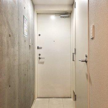 玄関は足下にもライト付き。靴を履く際にも便利です。