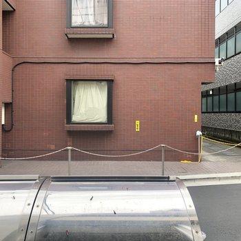 お部屋からの眺望。共用部のゴミステーションや前の通りが見えます。