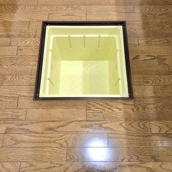 【LDK】床下収納には食材や水などのストックを入れておくと便利。