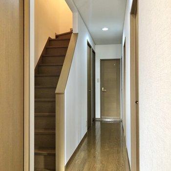 1階の廊下はまっすぐに伸びています。
