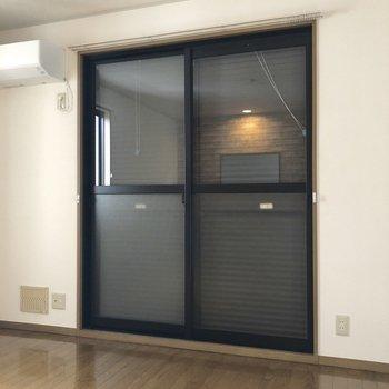 リビング、洋室の窓には雨戸が設置されていました。