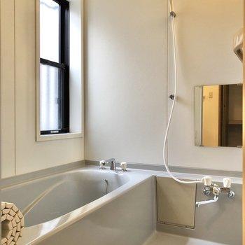 お風呂には小窓付きです。