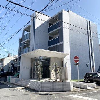 駅から5分、エントランスの素敵な4階建て鉄筋コンクリートのマンションです。