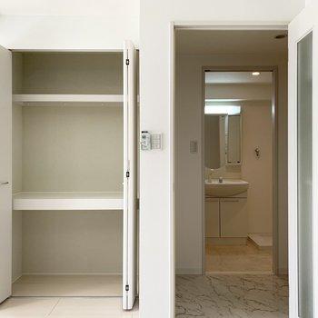 リビング収納はパントリーにしても良さそうですね。お隣のドアの奥にはユーティリティがちらり。