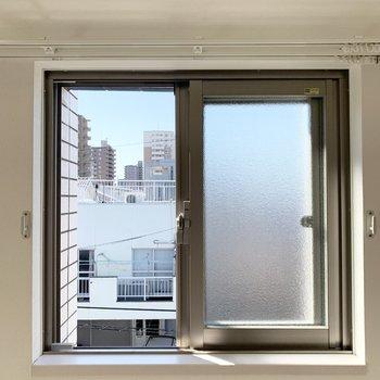 窓の外にはご近所さま。