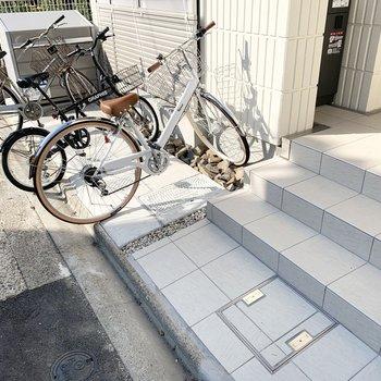 自転車置場はエントランス脇のよう。
