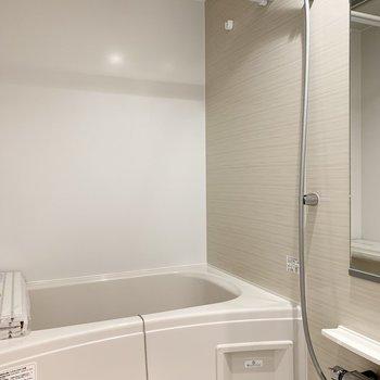 お風呂はシャンプードレッサー横に。浴室乾燥機付で花粉や雨の時期も安心です◎