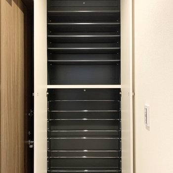 背の高い大容量のシューズボックスは1段に3足くらいのサイズ感。
