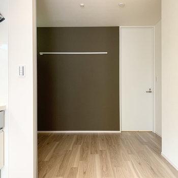 キッチン隣の扉を開けると洋室が続きます。