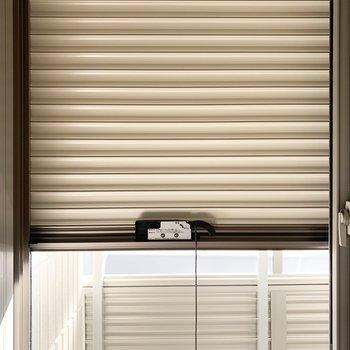 窓にはシャッター付で防犯面への配慮も◎